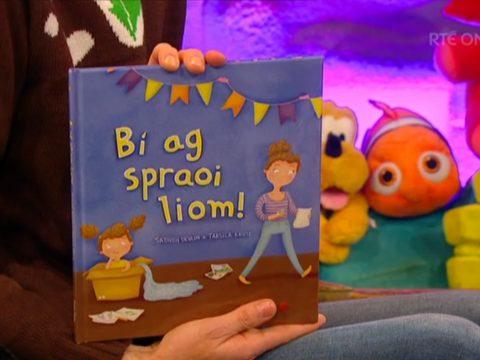 Late Late Toyshow 2017 Books, Ryan holding Bí ag Spraoi Liom!